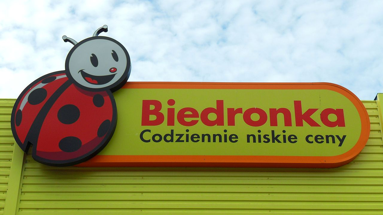 Biedronka has announced a wage hike for its cashiers to take effect next year