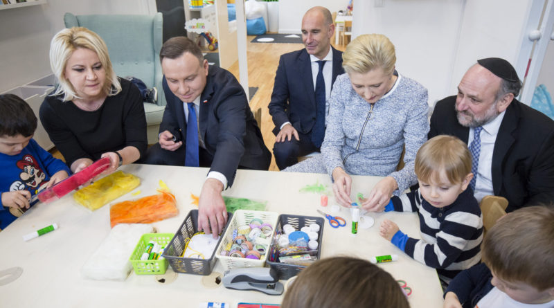(L-R) President Andrzej Duda, First Lady Agata-Kornhauser Duda, Chief Rabbi of Poland Michael Schudrich, and JCC Krakow Executive Director Jonathan Ornstein in the FRAJDA Early Chidhood Center (phot. JCC Krakow)