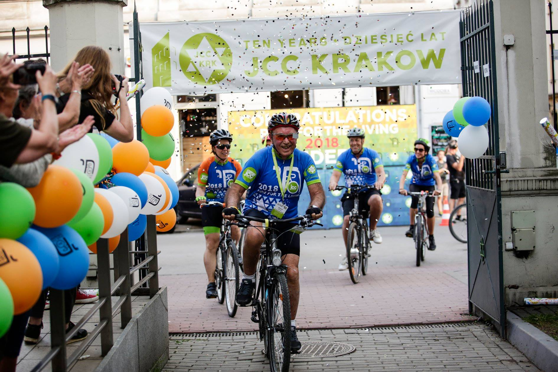 Auschwitz survivor Marcel Zielinski clears the finish line of Ride for the Living 2018 (phot. JCC Krakow)