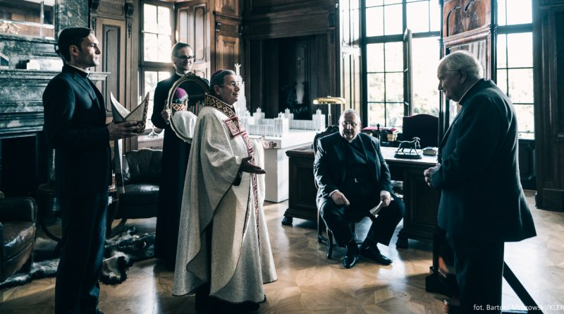 Director Wojciech Smarowski had to travel to Czech Republic to find some decent church filming locations, as Polish clergy were not fond of the screenplay