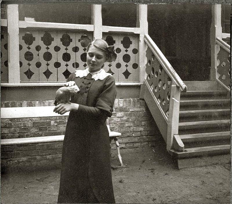 Anna Iwaszkiewicz with a parrot in 1914 (phot. Stanisław Wilhelm Lilpop)