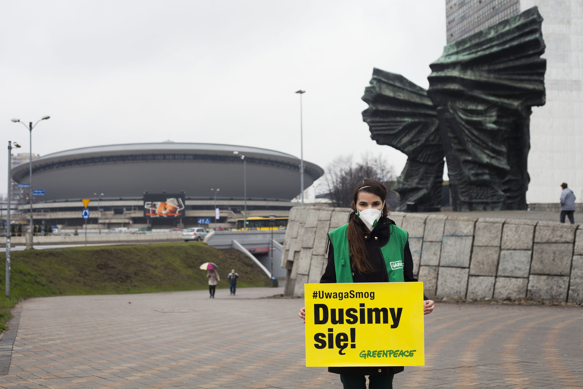 """We are choking!"" A Greenpeace activist protests smog in Katowice in 2015 (phot. Greenpeace Polska)"