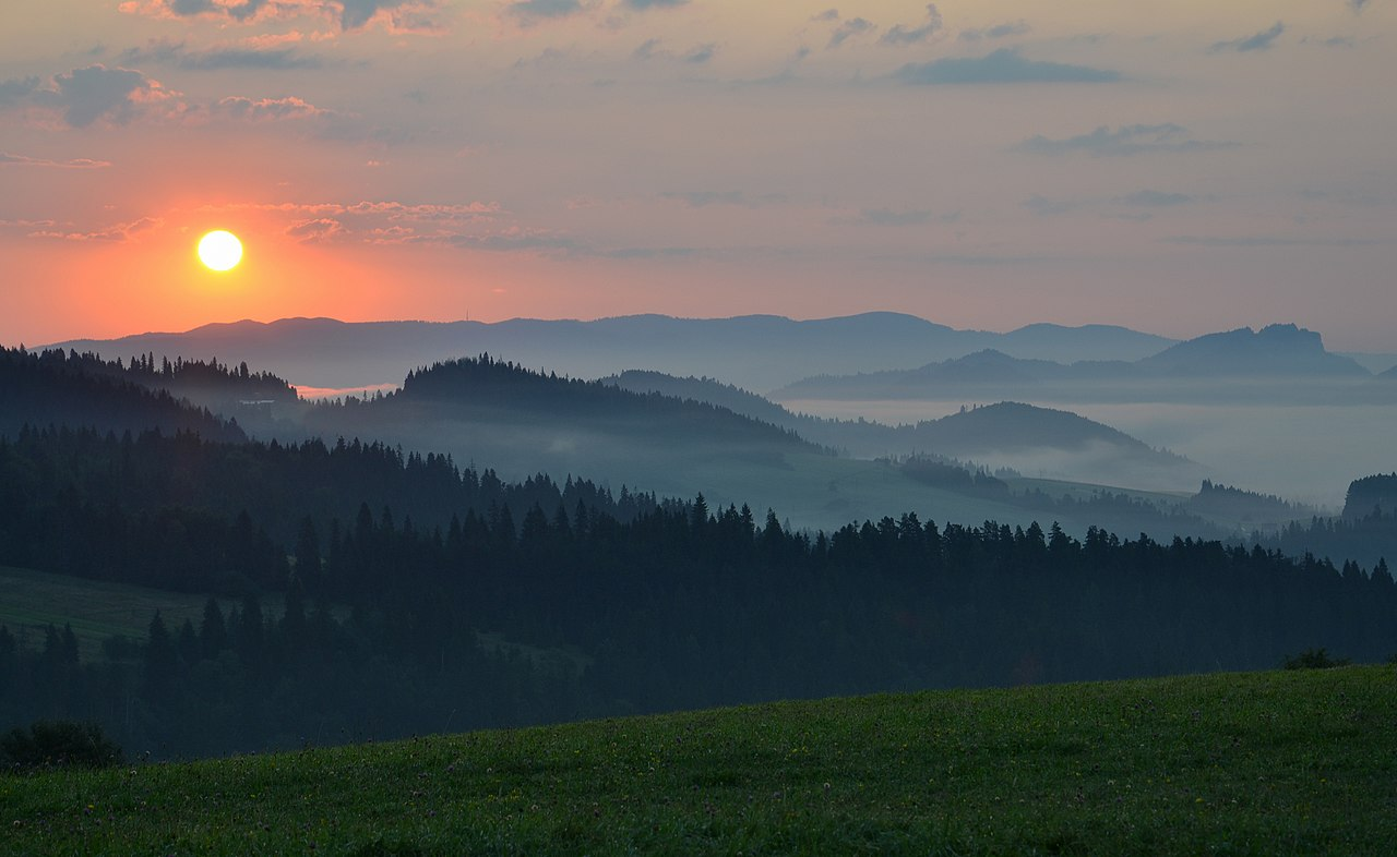 Sunrise in Pieniny, Poland (phot. Marcin Szala)