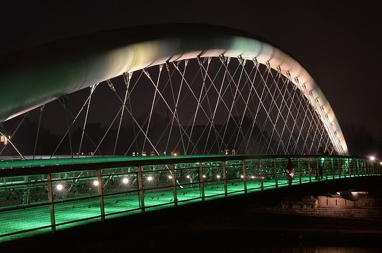 Kładka Bernatka illuminated in green on a previous St. Patrick's Day (phot. Wiesław Majka, UMK)